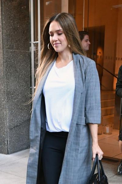 Jessica Alba街拍穿搭示范 白色T恤+黑裤简约风十足