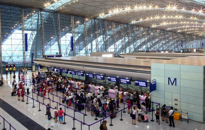 飞机延误近15小时百余名乘客受影响 疑因机长拿错护照所致