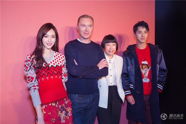 唐嫣在纽约时装周现身 复古红装显浪漫时髦