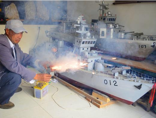 刚开始,他利用废旧木板、饮料罐、废铁丝、废铁管等材料,在10多年的时间里打造了7艘不同规格的军舰模型。