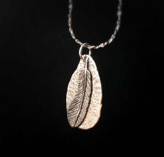 每天戴完银饰品后把它用棉布擦干净,放到首饰盒或袋子里密封保存才是最好的方法。