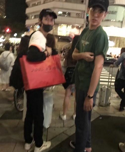 网友日本遇吴亦凡 瘦小助理身上挂满时装袋