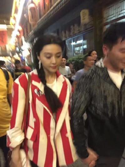 范冰冰李晨撸串 两人十指紧扣一路直奔烤串店