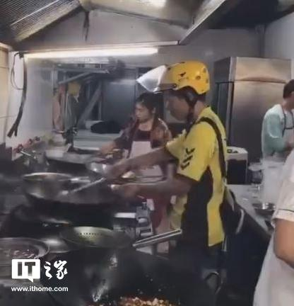 外卖小哥下厨炒菜续:违反外卖配送员行为规范已离职