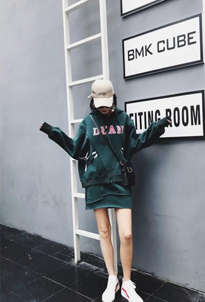 时尚达人穿衣搭配示范 卫衣+短裙一秒帮你提升时尚度