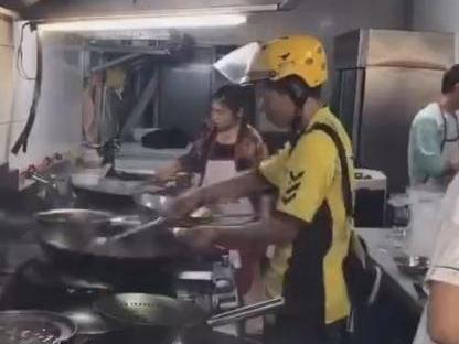 炒菜外卖小哥已离职 违反外卖配送员不能进入后厨的规定