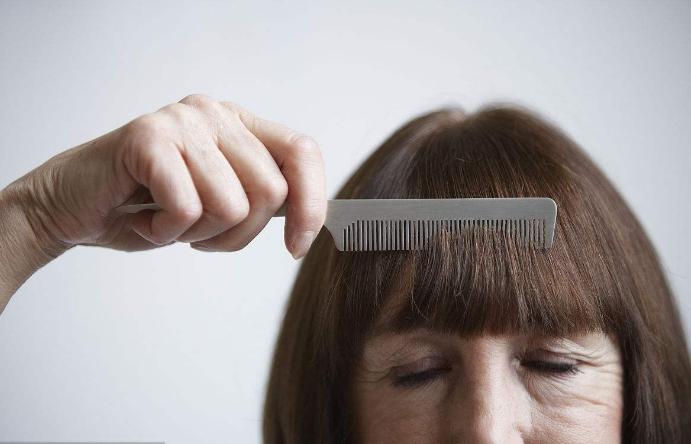 方法是每天早晚用银梳子梳头,由前向后,再由后向前轻轻触及头皮各梳刮数遍。