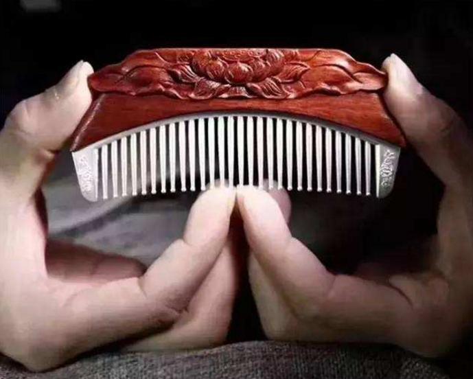 ③用银梳子可以疏通经气,促进头部血液循环,防止头发营养不良而致的白发、黄发和脱发,同时可消除用脑过度导致的头胀、麻木等。