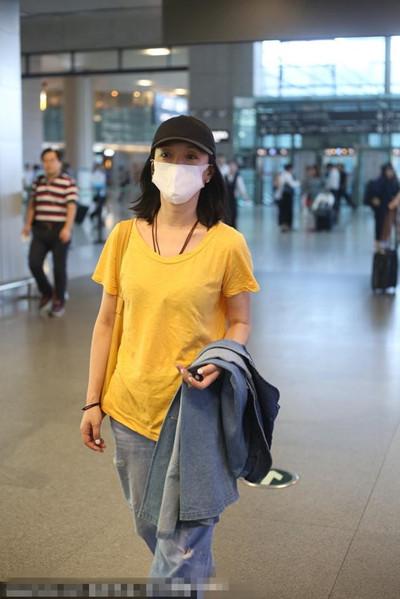 周迅最新街拍穿搭示范 黄T恤+阔腿裤时髦又减龄