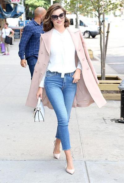 Miranda Kerr街拍造型示范 粉色大衣+牛仔演绎早秋时尚