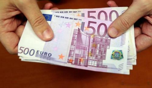 多处马桶被丢欧元 系两名西班牙女子将钞票剪碎丢进马桶