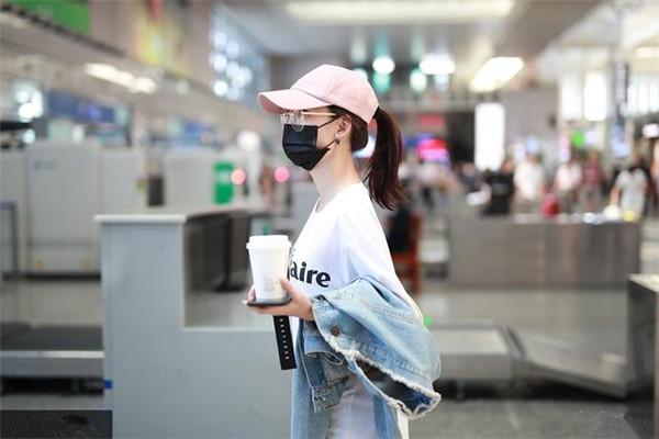 王丽坤最新机场街拍示范 白T恤+破洞牛仔裤青春气息十足