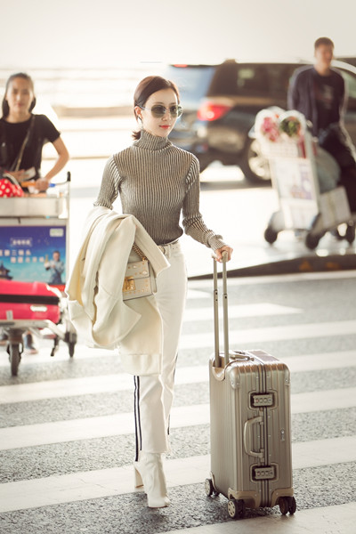 舒畅最新机场街拍示范 完美示范初秋优雅chic风