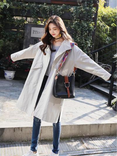 秋冬服装流行趋势示范 米色风衣内搭T恤清新又时髦