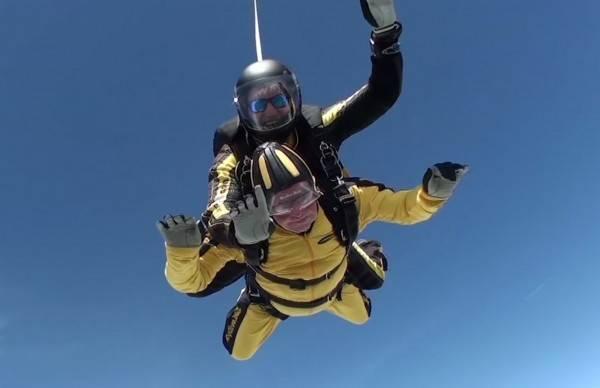 101岁老人跳伞 刷新高空跳伞的世界纪录!