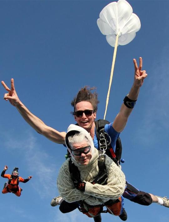 101岁老人跳伞 成最年长女性跳伞者