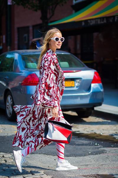 秋季穿衣搭配造型示范 印花长袖连衣裙助你打破单色沉闷