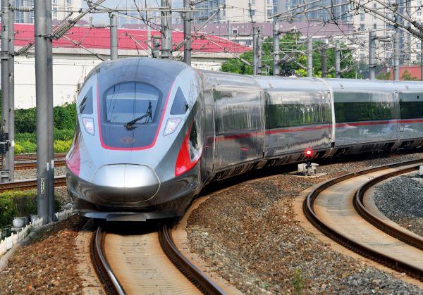 外媒惊叹中国高铁 复兴号实现350公里时速运营