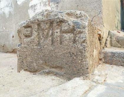 两根京奉铁路百年界桩成墙角石 铁路专家为界桩找到新家