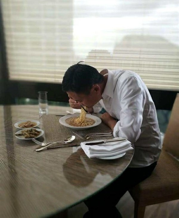 马云吃方便面和咸菜 网友:首富真辛苦