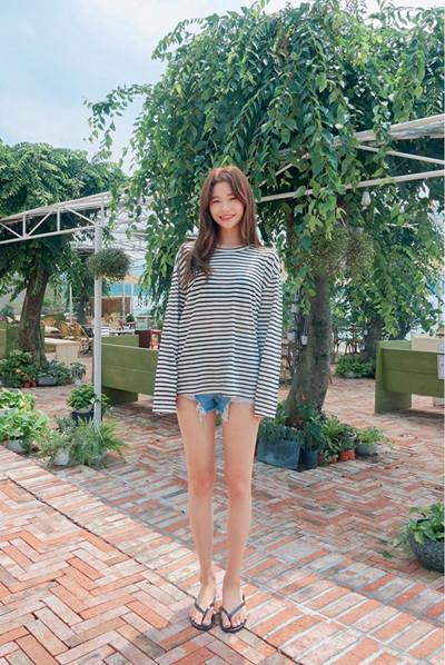 秋季穿衣搭配技巧示范 长袖T恤+短裤时髦又舒适