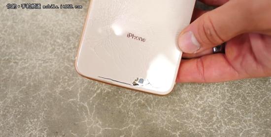 外媒:iPhone8一摔必碎 玻璃背壳太脆弱