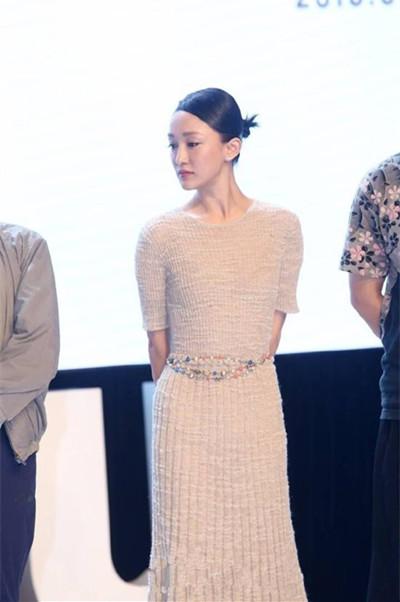 秋装穿衣搭配技巧示范 针织裙也能一点不臃肿