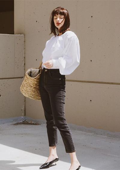 秋日穿衣搭配技巧示范 牛仔裤这么搭时髦又显瘦