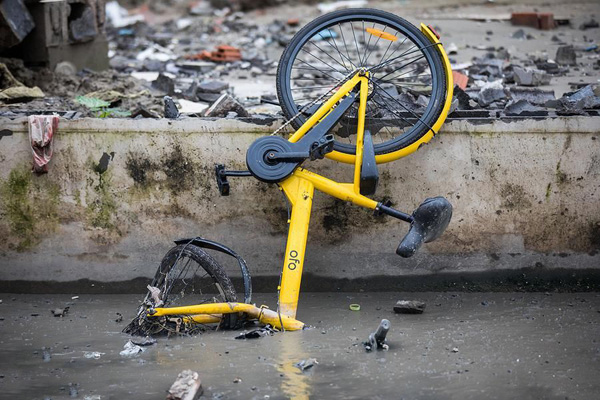 共享单车遭破坏成废铁 严重损坏后丢弃在马路边