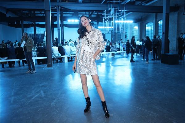 时尚主播街拍穿搭示范 黑白字母元素动感十足