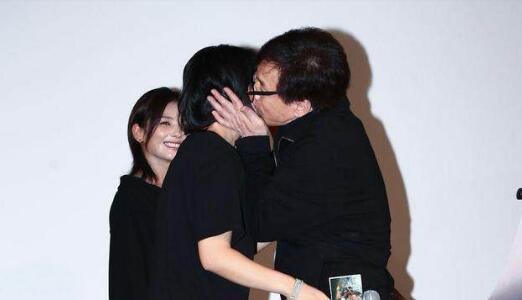 成龙激动拥吻影迷 网友:他还欠女儿一个吻