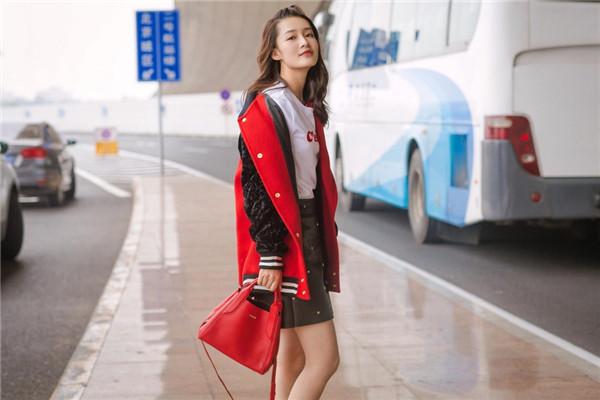 李沁机场街拍造型示范 红色校队风搭配时髦又减龄