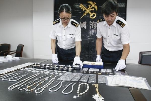 宁波男子出门旅游带回大半箱子珍珠首饰 总价值超15.4万元