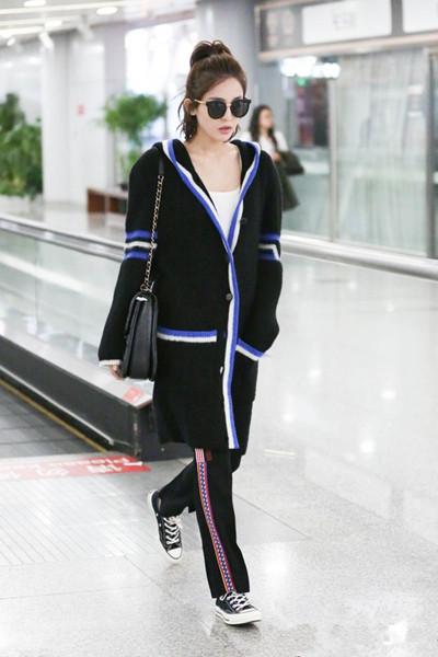 娜扎服装流行趋势示范 一双帆布鞋时髦又减龄