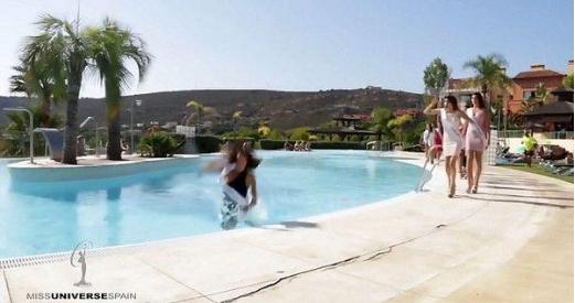 环球小姐栽进泳池 欲优雅地转身却没想到直接摔入了泳池