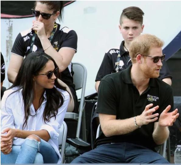 哈里王子携未婚妻现身 黄金单身哈利王子终于抱得美人归!