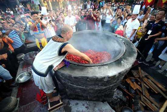 奇人踩刀刃炒龙虾 徒手在直径2米温度近260度的油锅里翻炒龙虾