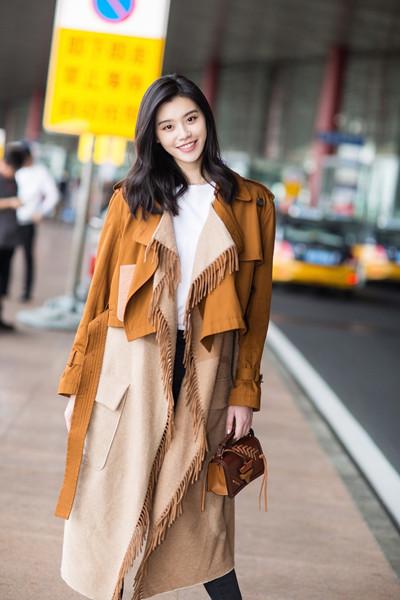 学奚梦瑶穿衣搭配造型示范 流苏外套+白T实穿又时髦