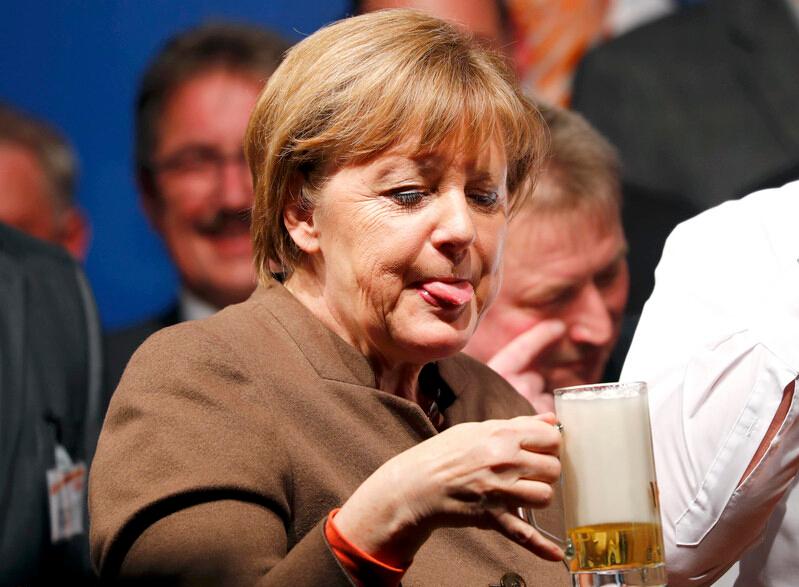 默克尔豪饮啤酒表情逗趣