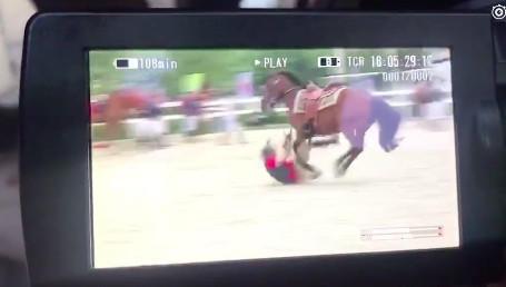 吴秀波意外坠马视频曝光 整个身子猛烈的撞击到地面