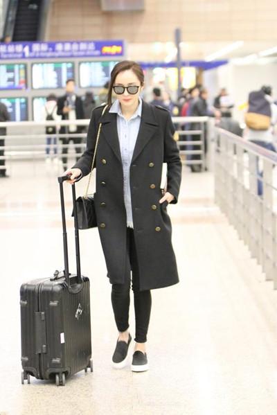 明星服装流行趋势示范 黑色大衣才是显瘦遮肉利器