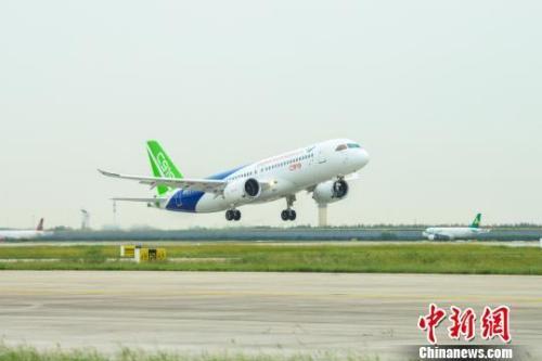 中国天空上首次同时出现两大国产喷气客机