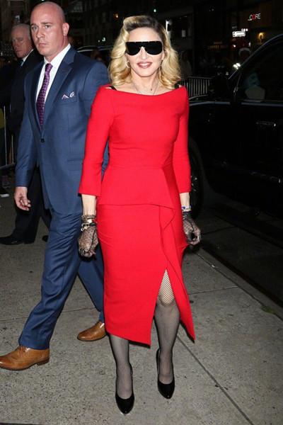 麦当娜街拍造型示范 一袭红裙秀S曲线