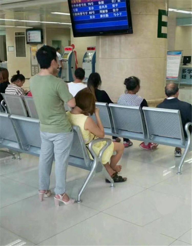 穿妻高跟鞋站医院引热议 又有一大波男友要跪键盘了!