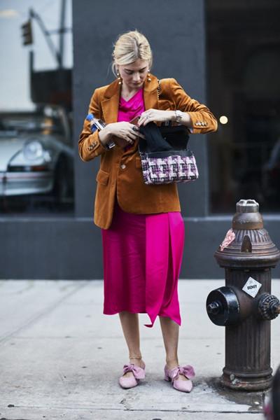 欧美达人街拍造型示范 丝绒西装塑造复古情怀