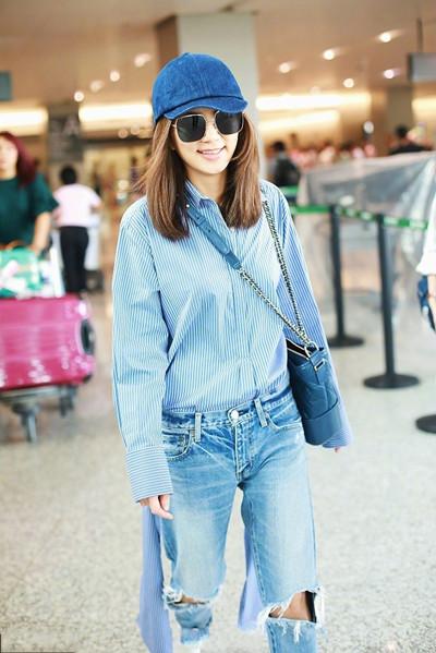 Ella陈嘉桦街拍造型示范 宽松衬衫+牛仔裤时髦又优雅