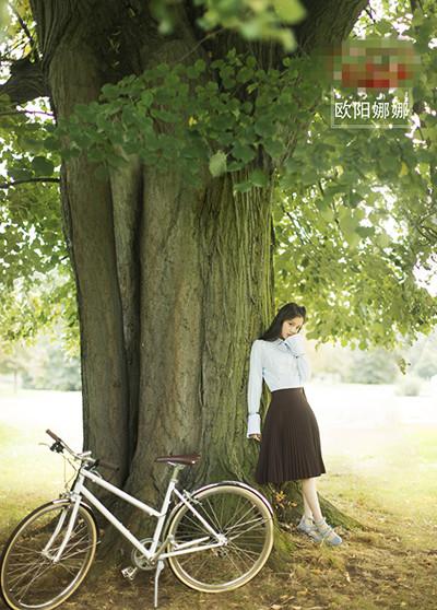 欧阳娜娜街拍造型示范 穿最青春的百褶裙做最青春的你