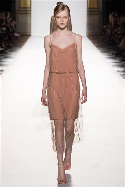Dries Van Noten服装品牌于巴黎发布2018春夏系列时装秀