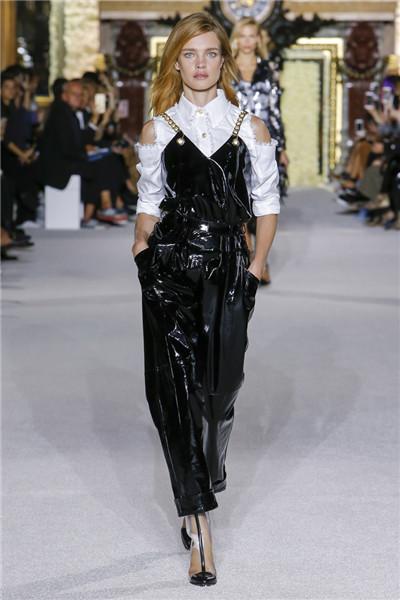 Balmain(巴尔曼)于巴黎时装周发布2018春夏系列时装秀