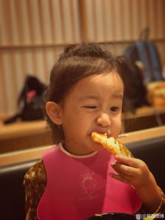 黄磊晒小女儿萌照 多妹认真地吃虾表情十分丰富